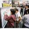 Enfants d'une école décorant un autobus SC10r au dépôt de Lagny