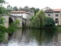 En contrebas, le pont des bords de Vienne