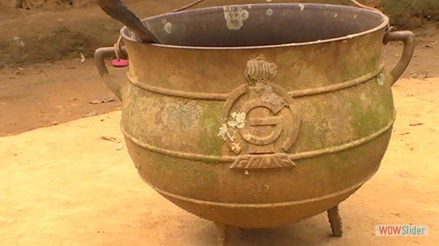 Mienkien'e: marmite de cuivre (Cameroun)