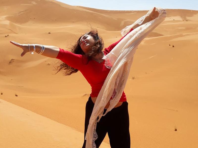 Tanzen in den Dünen der Wüsten Marokkos