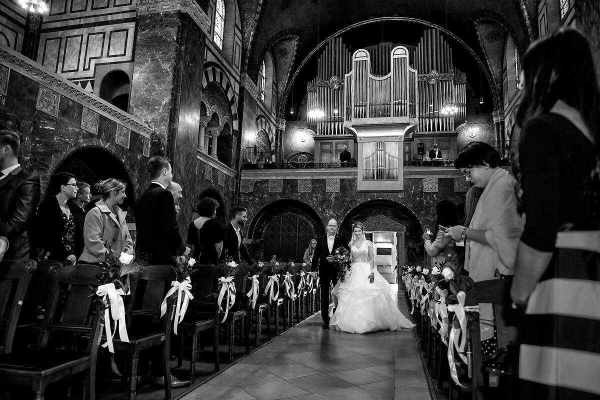Hochzeitsfotograf-Frankfurt-Kirche-schwarzweiss