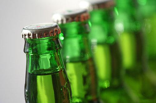 garrafas cerveja verdes Entenda o odor típico das garrafas de cerveja verdes