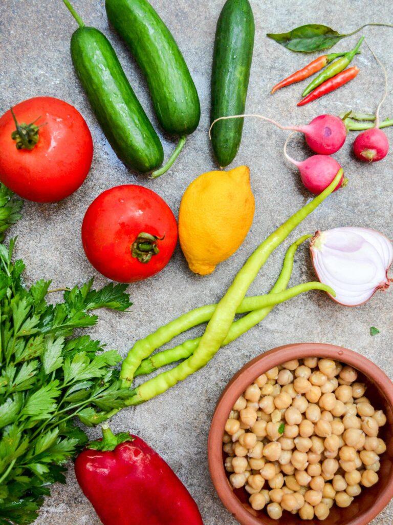 Grønnsaker fra markedet til hakket sommersalat med kikerter