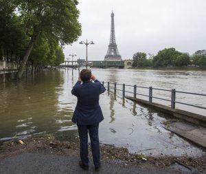 Bracing for flood: River Seine rising threatening Paris tourist spots
