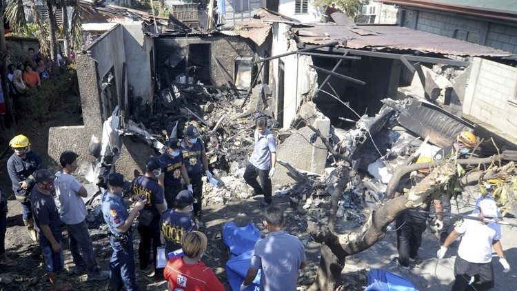 Small plane crashes into house killing 10 in Philippines