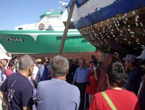 """Els participants visiten la """"Teresa"""" acompanyats pel mestre d'aixa Joan Vives"""