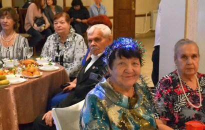 Старожилы Нефтеюганска организовали Новогодний вечер в кругу друзей.