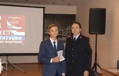 60 нефтеюганским школьникам в День Конституции РФ вручили паспорта.