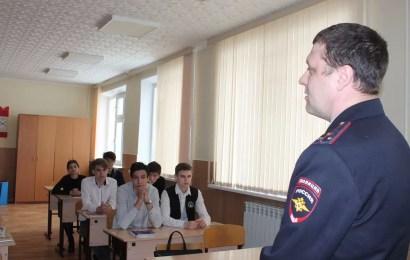 Полицейские Нефтеюганска рассказали школьникам об опасности терроризма и экстремизма.