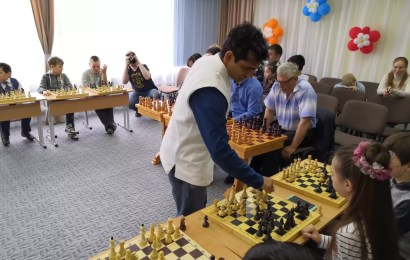 Гроссмейстеры с мировым именем сыграли в шахматы с нефтеюганскими дошколятами