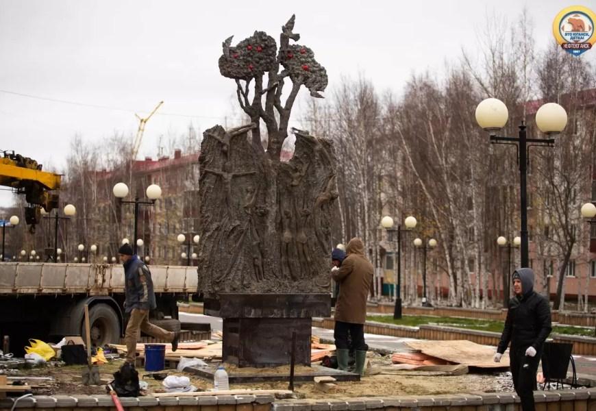 В Нефтеюганск начали устанавливать памятник погибшим в ДТП детям