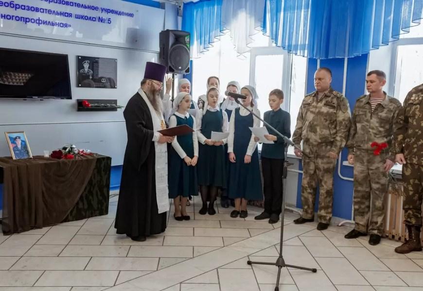 В нефтеюганской СОШ №5 открыли мемориальную доску ее ученика Дениса Финка.