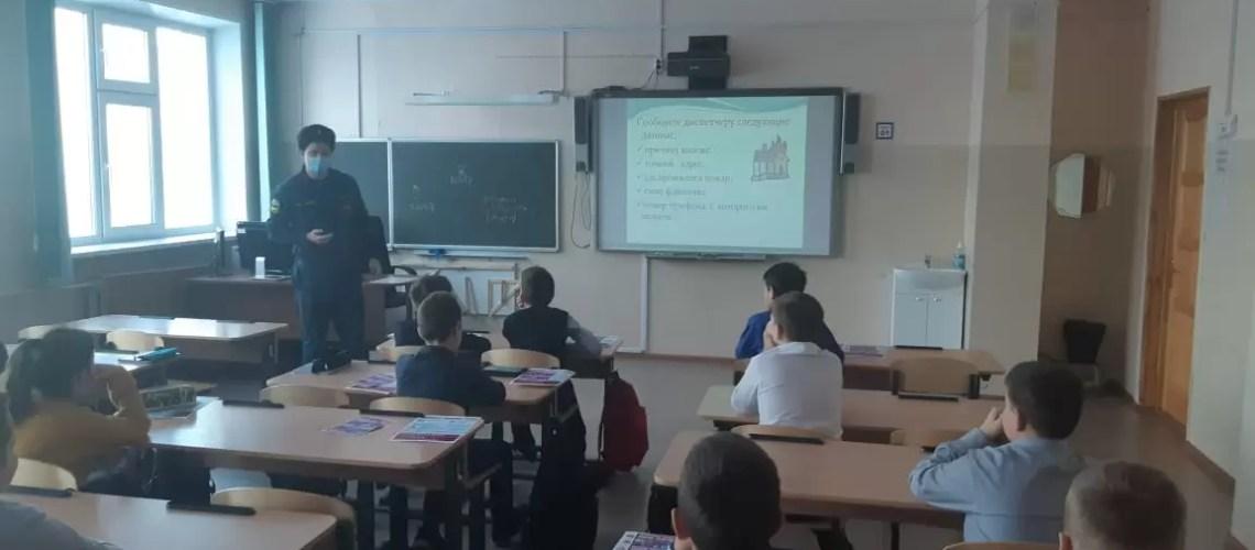 В рамках сезонной профилактической операции «Новый год» сотрудники МЧС России проводят «Уроки пожарной безопасности».