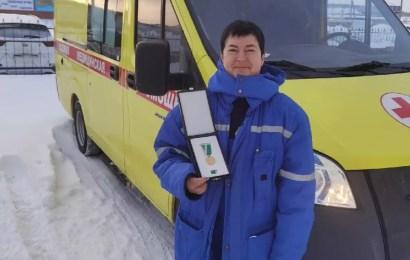 Эксклюзивная награда у врача  Нефтеюганской скорой помощи