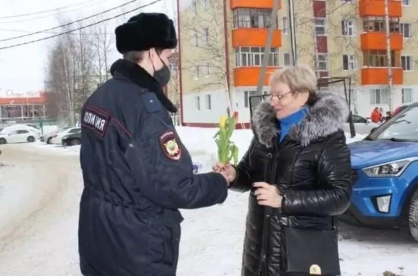 Участковые уполномоченные Нефтеюганска присоединились к Всероссийской акции МВД России «8 марта – в каждый дом».
