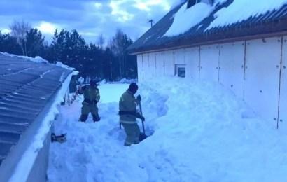 Сотрудники МЧС в Югре спасли женщину из-под снежного завала