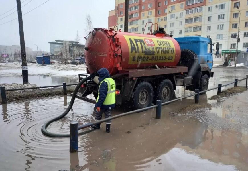 Жители Нефтеюганска ежедневно жалуются на лужи, из-за которых в ряде микрорайонов очень сложно передвигаться пешком.