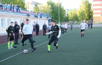 На стадионе «Нефтяник» продолжаются матчи открытого кубка города по мини- футболу среди мужских команд на призы главы Нефтеюганска.