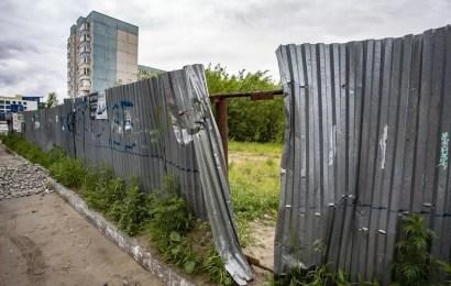 В Нефтеюганске по просьбам жителей починили забор вокруг долгостроя