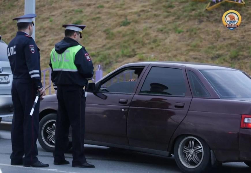 В Нефтеюганске автоинспектор полгода брал взятки