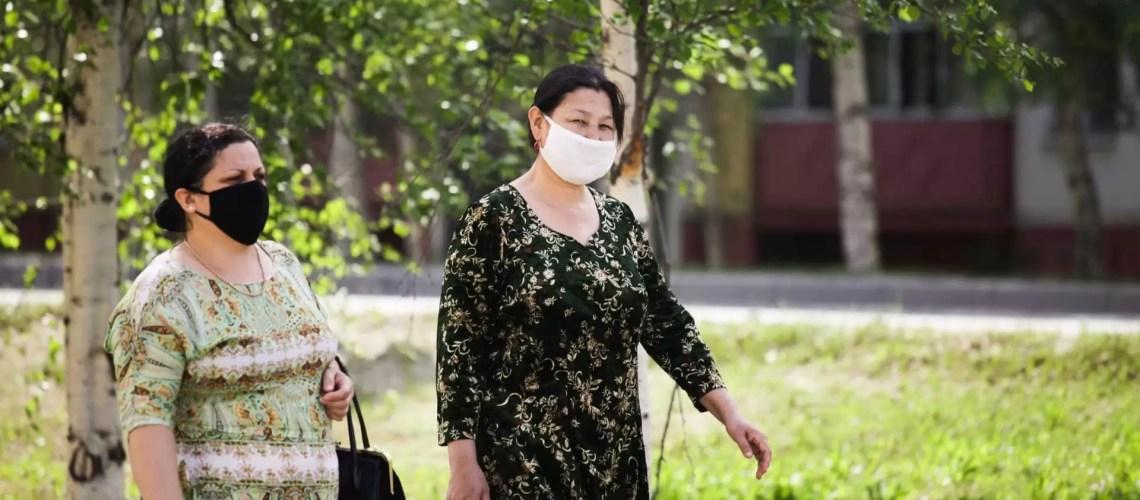 Роспотребнадзор напомнил об отсутствии необходимости носить маски на улице
