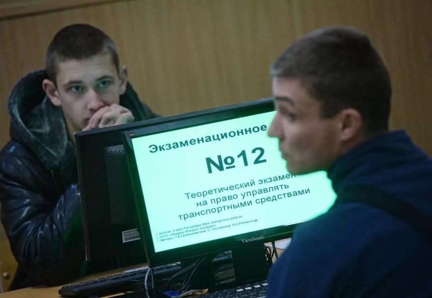 Число успешно сдающих экзамен на права упало в 2 раза после новых правил