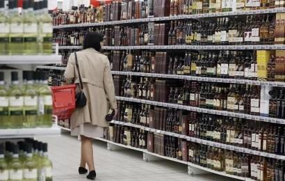 Детские пособия в России запретят тратить на алкоголь и сигареты