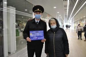 В Нефтеюганске общественники выпустили учебные банковские карты для борьбы с мошенниками.