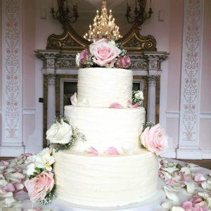 Buttercream cake with fresh flowersButtercream cake with fresh flowers