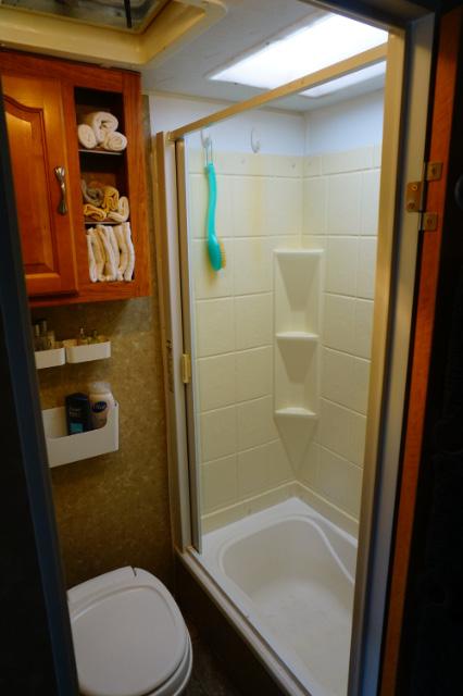 La salle de bains de la roulotte Innsbruck 26RLS est claire et confortable