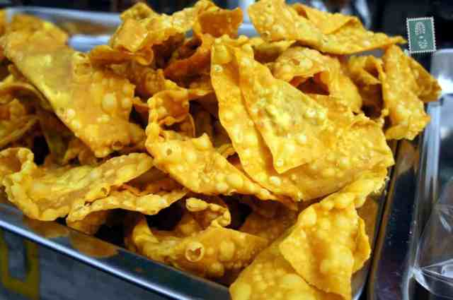 Thai doritos filled with meat served with sweet chilli sauce