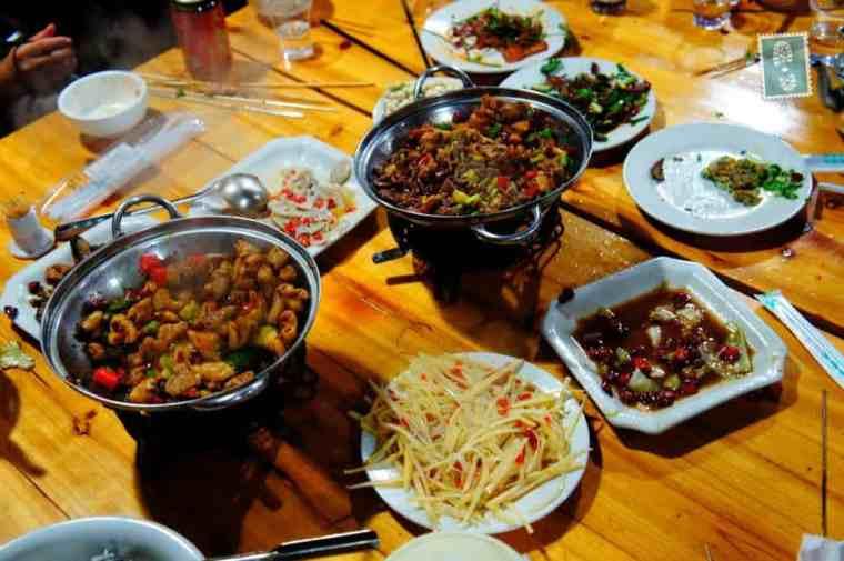 Przykładowy obiad w restauracji, który jadałam: wieprzowina, warzywa, pokrojone w talarki i smażone na tłuszczu ziemniaki