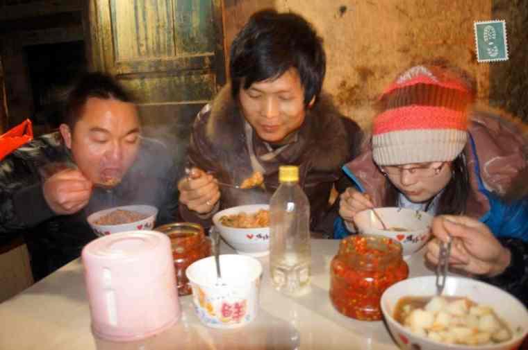 chińczycy jedzą kolację