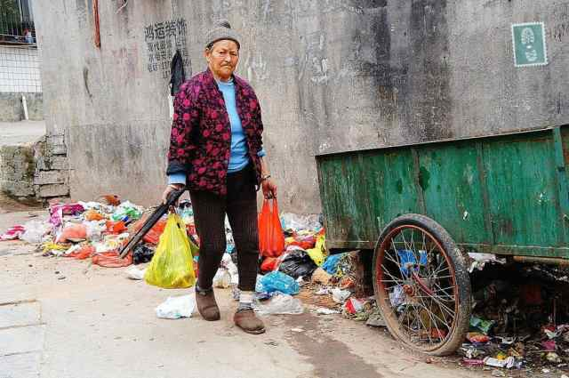 A Chinese woman is carrying two bags, dirty area