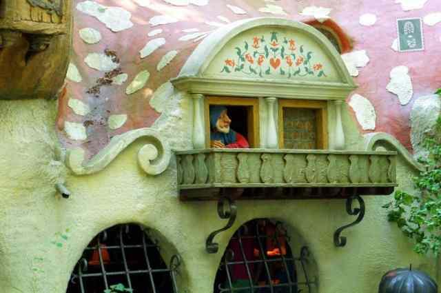 A dwarf looking through the window, Efteling