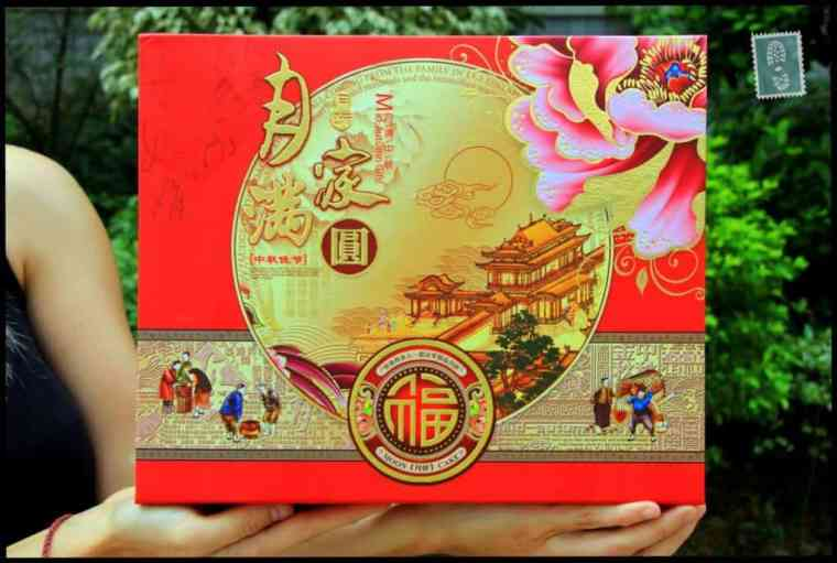 The box where mooncakes are kept