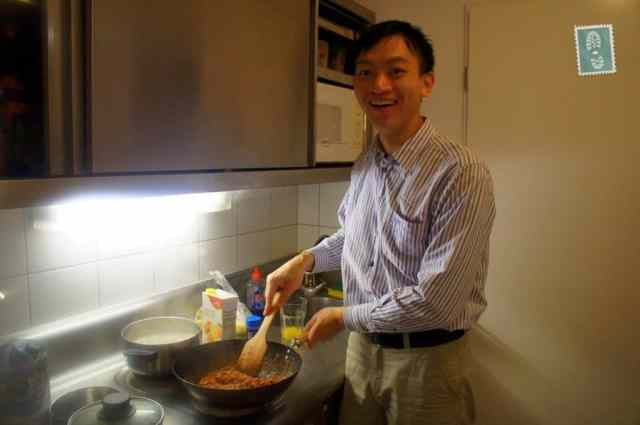 Chinese guy cooking spaghetti