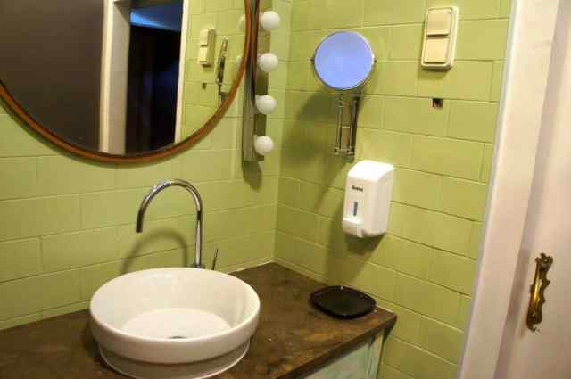 The bathroom at Goodmorning Hostel