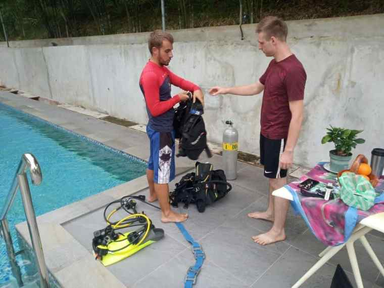 Cez learns how to scuba dive