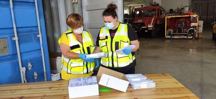 Volontari protezione civile consegna mascherine