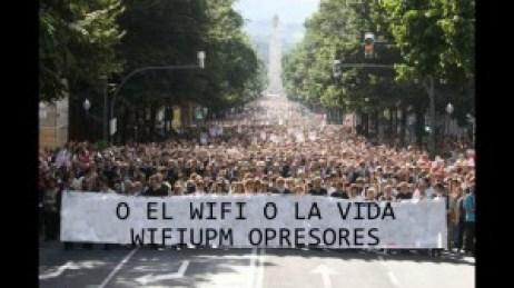 Aquí tenemos a los manifestantes llevando uno de los lemas del día