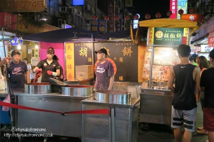 black pepper bun in raohe street night market