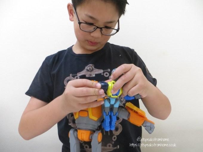 Bandai Robozuna Figure play