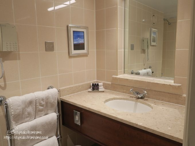 kettering park hotel room toilet