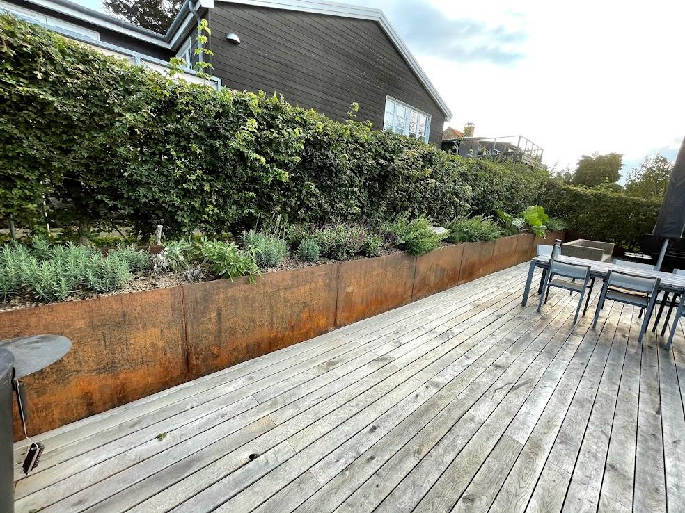 terrasse i egetræ støttemur i cortenstål