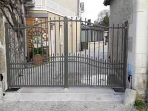 Portail résidentiel ouvrant double vantaux