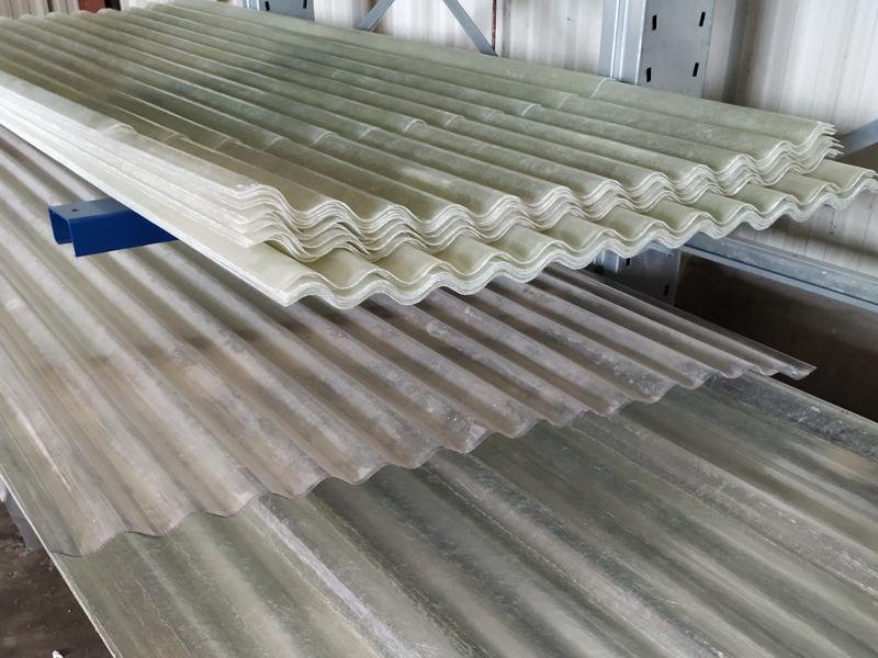 Tôle transparente polyester ondulée pour éclairer un hangar