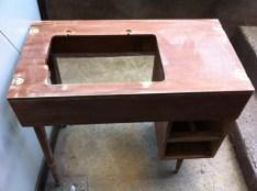 Petit pupitre vintage avant : l'espace pour la machine à coudre