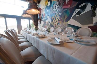 Mesa para grupo (20 personas) con mural de Joaquín Gallardo