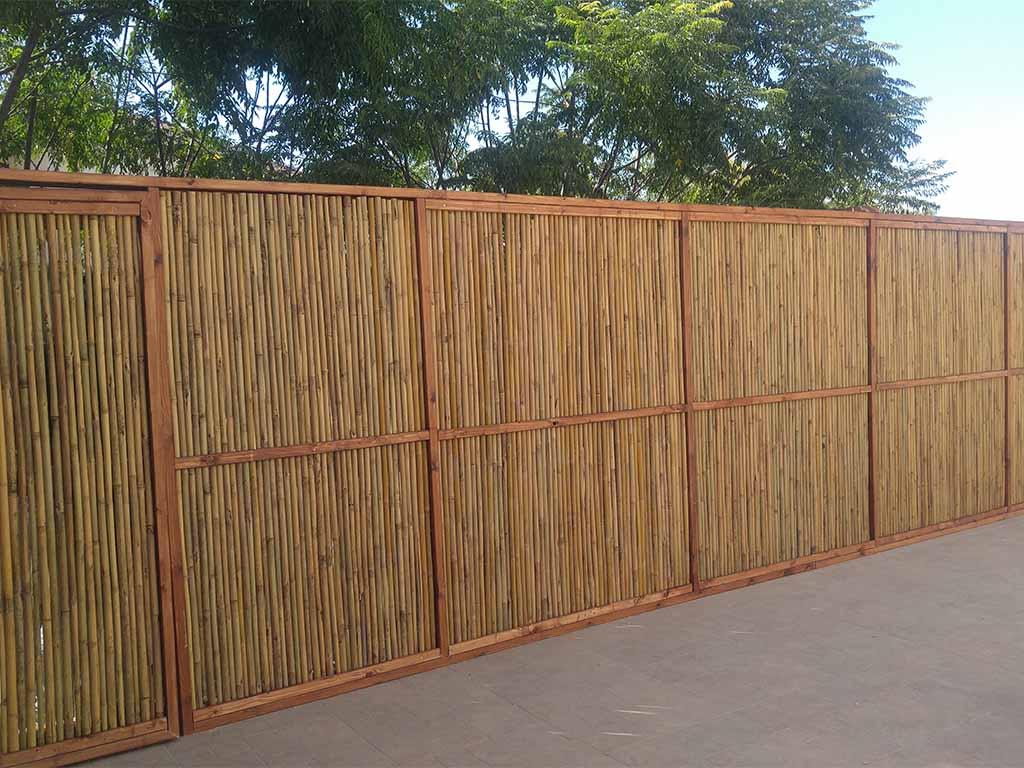גדר עץ במבוק